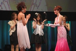 Shelly Fujii was crowned Best New Actress at the Sky PerfecTV! Adult Broadcasting Awards 2010 that took place Wednesday night at a theater in Tokyo's Shibuya district. Last year's winner, Haruka Ito (left), presents Fujii (right) with her prize.
