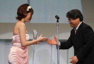 Amami Tsubasa wins Shukan Asahi Geino media award at 2011 porn awards