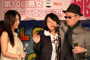 Motoji Takasu (right) and AV actress Yukari Nakai (center) at the 'Mature Queen Contest'