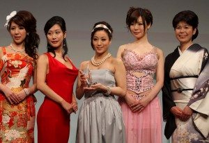 Yu Kawakami was named Best Mature Actress at the Sky PerfecTV! Adult Broadcasting Awards 2011 that took place last night at a hotel ballroom in Tokyo's Chiyoda district.