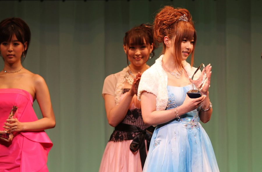 Kokomi Naruse takes the Nikkan Gendai media award at the Sky PerfecTV! Adult Broadcasting Awards 2012 that took place on February 14 at a hotel ballroom in Tokyo's Shinagawa district.