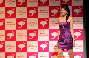 Maki Hojo was named Best Mature Actress at the Sky PerfecTV! Adult Broadcasting Awards 2012 that took place on February 14 at a hotel ballroom in Tokyo's Shinagawa district.