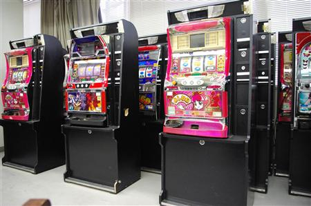 Osaka cops raid illegal gambling parlor in Minami, 8 arrested