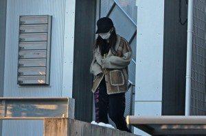 Minami Minegishi leaving the apartment