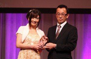 Hibiki Otsuki receives her award