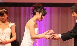 Yui Fujishima accepts her award