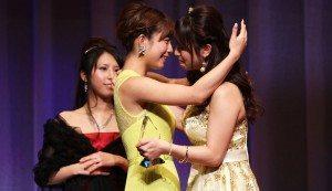 2013 winner Mana Sakura (left) and Marina Shiraishi (right)