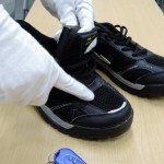 Shoes with a camera installed whose shutter is triggered remotely (Mainichi Shimbun)