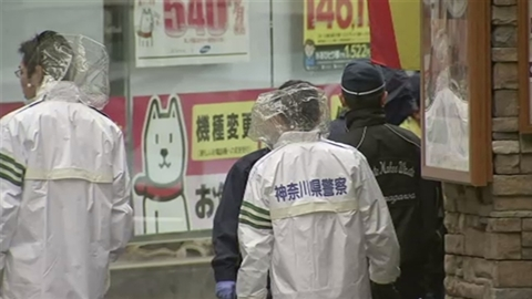 A 48-year-old boss in the Yamaguchi-gumi was shot in the abdomen near JR Fujisawa Station early Saturday