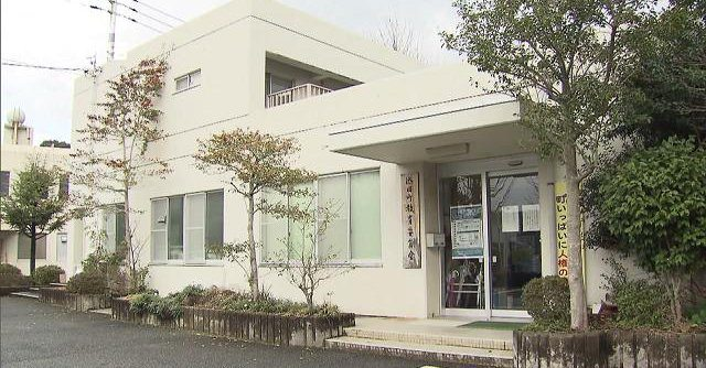 A teacher knocked out three male students by grabbing them by their shirts as punishment for harassing a female student (TV Asahi)