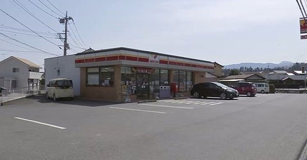 Police are searching for a man who stole 100,000 yen from a convenience store in Tomioka City