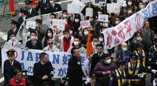 Chinese protesters marched through Shinjuku to protest actions by APA Hotels & Resorts (the Sankei Shimbun)