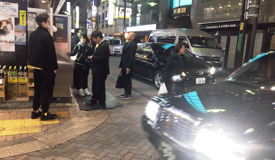 Police restrained the arms and legs of an American teacher after he became violent in the Akasaka entertainment area and transported him to a hospital