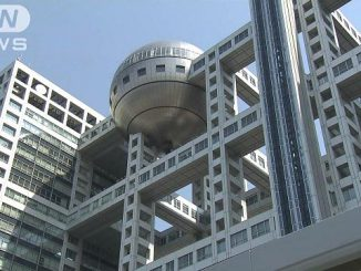 A Tokyo court ordered an employee of Fuji TV, whose headquarters is shown above, to pay a fine of 300,000 yen over a car loan extended to an organized crime member