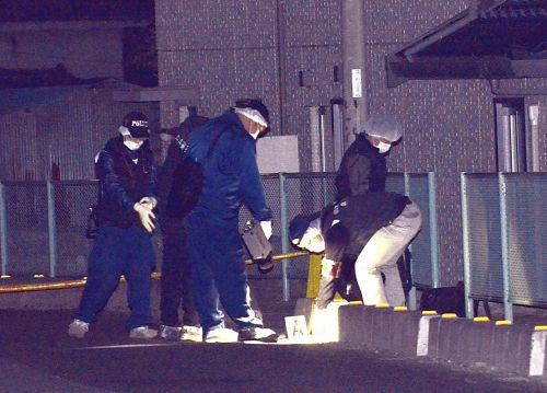 Investigators at the scene (Yomiuri Shimbun)
